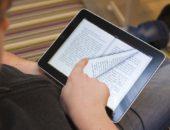 Парень читает электронную книгу