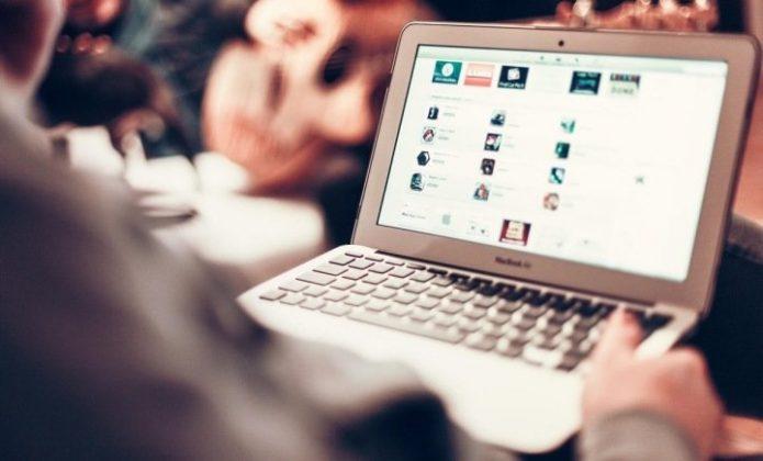 Мужчина на ноутбуком