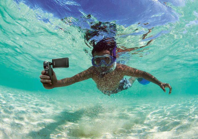 Парень под водой с камерой