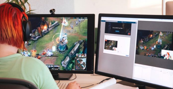 Стример транслирует видеоигру