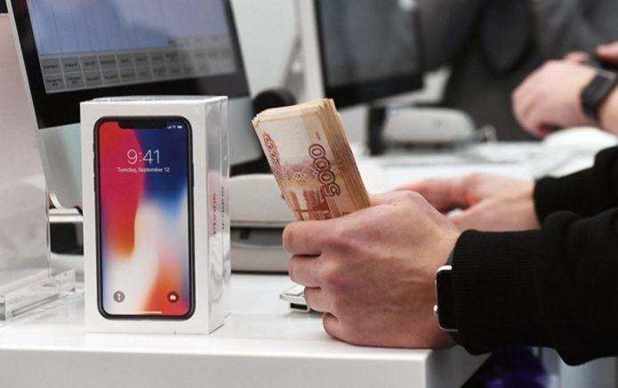 iPhone и деньги в руках мужчины