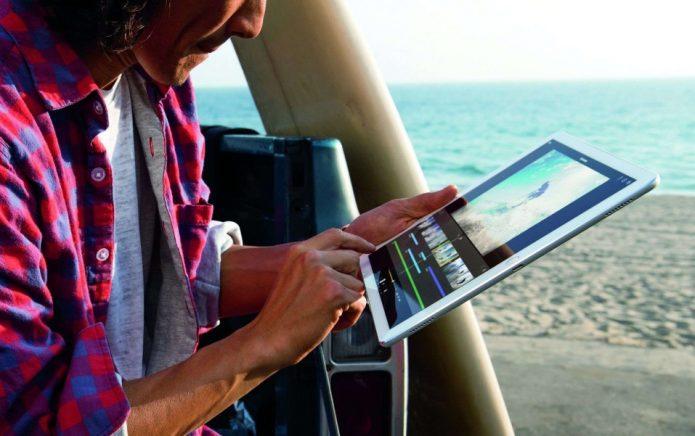 Мужчина обрабатывает фото на iPad Pro
