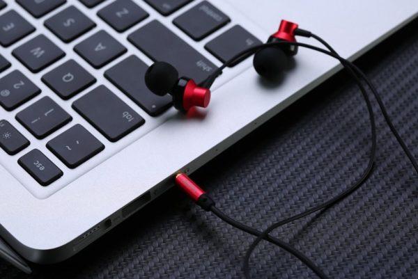 Если в доме нет микрофона для ноутбука, то его можно сделать из обычных наушников